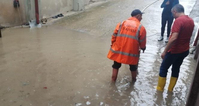 Sağanak yağış su baskınlarına yol açtı