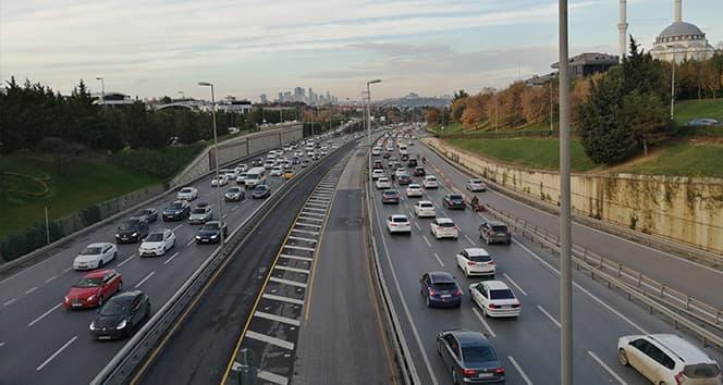 56 saat sürecek kısıtlama öncesi 15 Temmuz Şehitler Köprüsünde trafik yoğunluğu