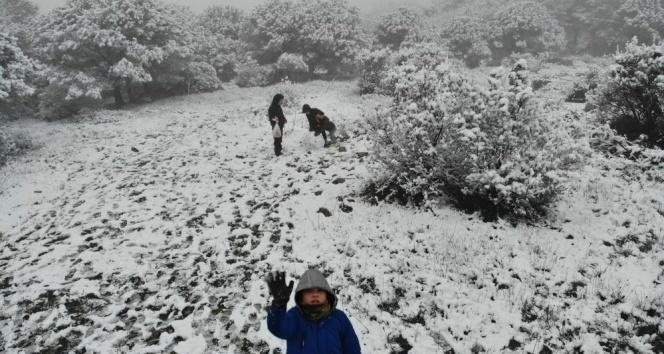 Çocuklar karın keyfini kar topu oynayarak çıkardı